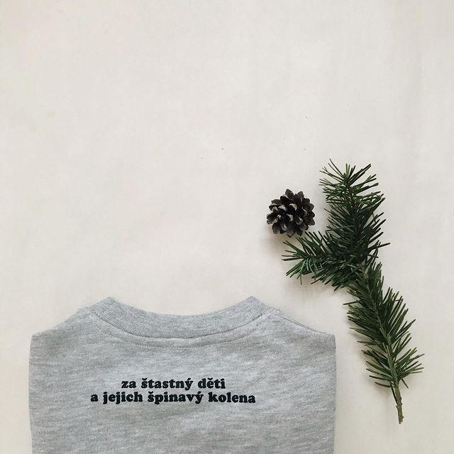 Je 1. prosince. V tuhle dobu už jsme plánovali vesele odesílat vánoční balíčky z naší nové kolekce, což se bohužel ještě neděje, ale: ✨ včera jsme si vyzvedli první polovinu nových věcí z naší malé tiskárny, která díky situaci bojuje s časem a možnostmi ze všech sil. Tu zbývající máme slíbenou do několika dní. Tak jsem Vám jen chtěla říct, že sice se z naší podzim/zima kolekce stala už předvánoční, ale je to vlastně v pořádku, protože tahle kolekce je sama o sobě takový dárek...jaký a o čem bude, to Vám řeknu zítra:)  Krásný první prosinec!  #podzim/zima2020